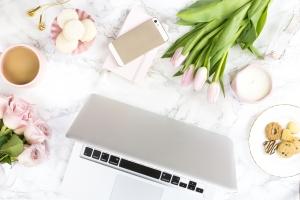 ordinateur avec fleurs roses